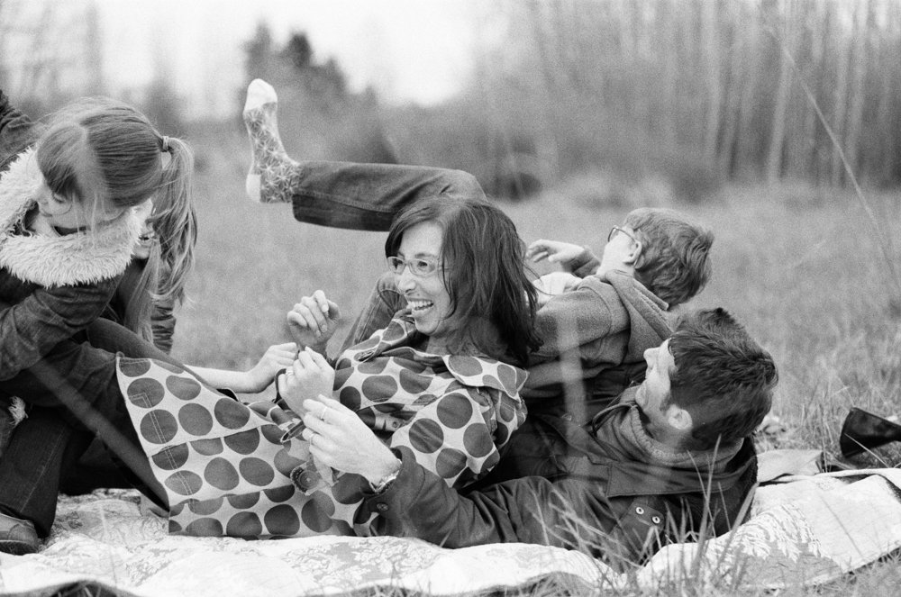 Bryant family photographer : family on blanket falling back on dad