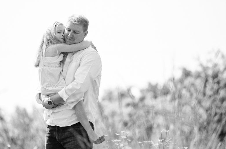 Seattle family photo session : daughter hugging dad while he's holding her