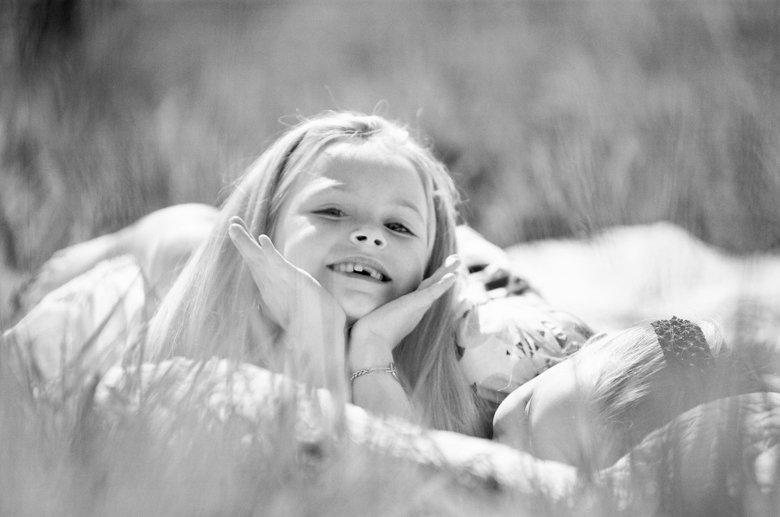 Seattle family photo session : sisters enjoying sun on blanket