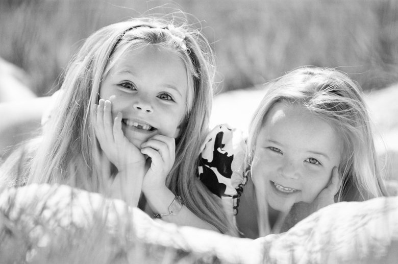 Seattle family photo session : sisters on blanket smiling at camera