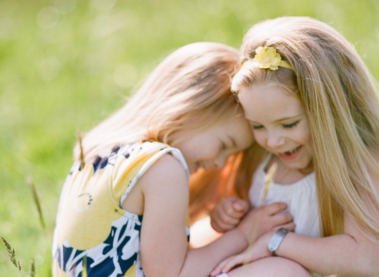 Seattle family photo session : sisters laughing together in field