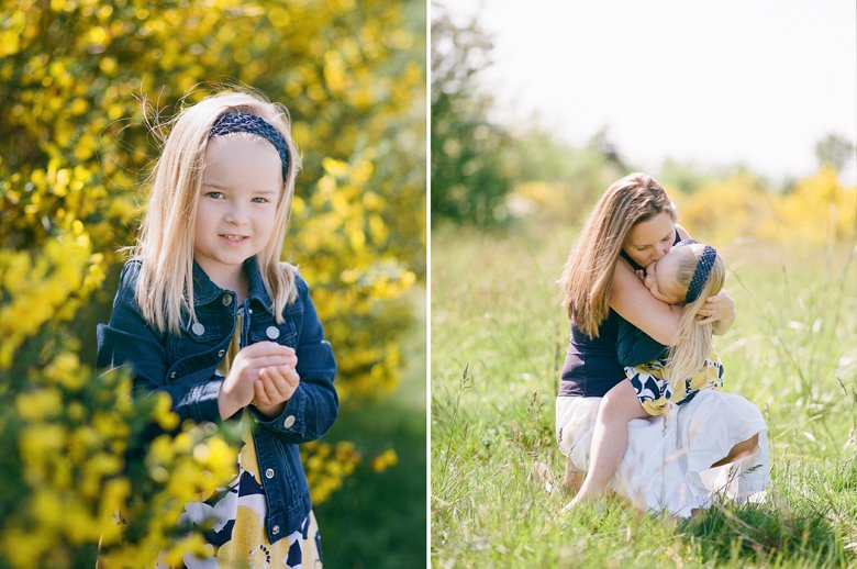 Seattle family photo session : mom kissing younger daughter in her lap