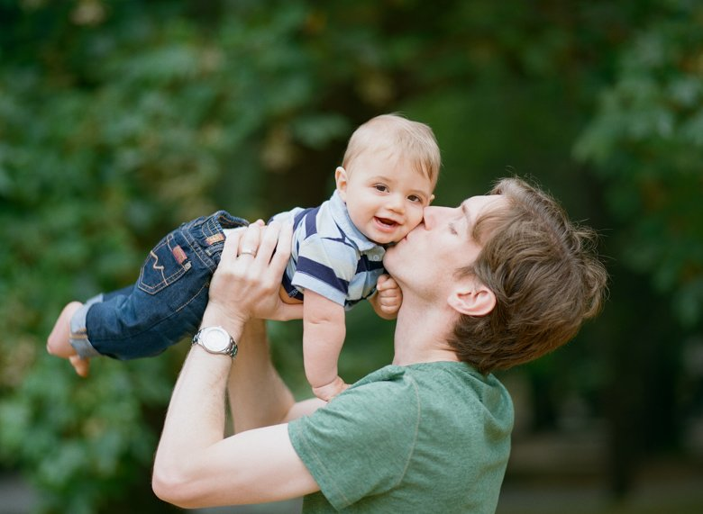 Seattle baby photography : dad kissing baby boy outside
