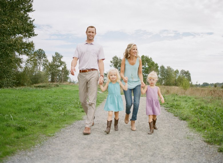 Laurelhurst family photographer : seattle_family_walking_photos_twin_girls