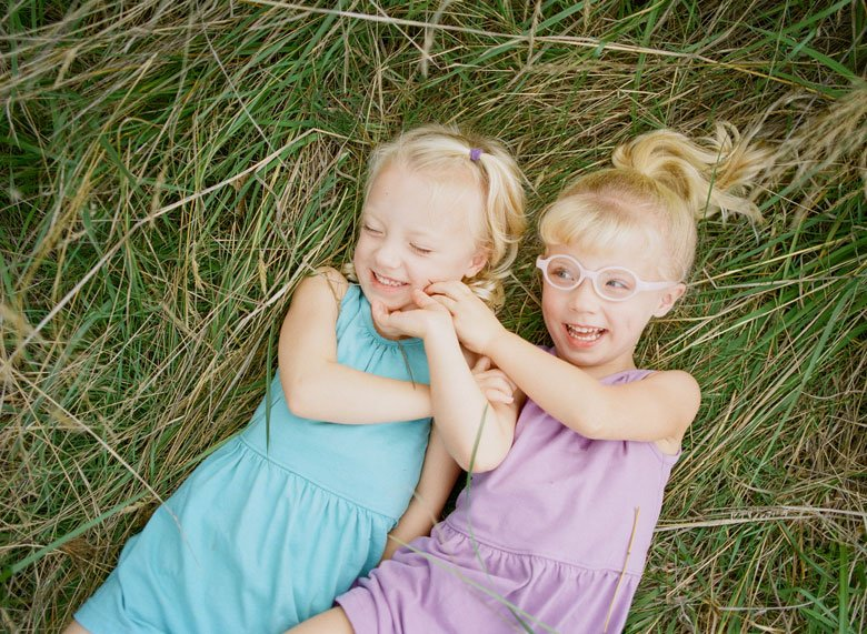 Laurelhurst family photographer : twin_girls_laughing_in_grass_seattle