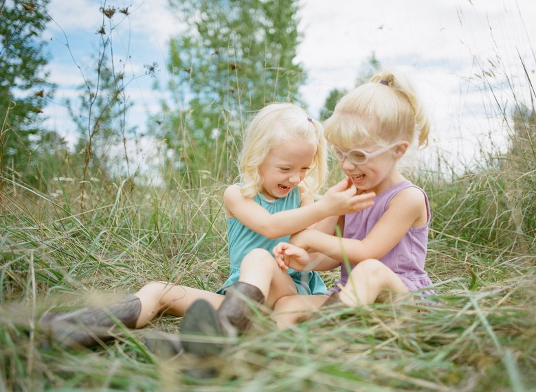 Laurelhurst family photographer : twin_girls_tickling_in_field-001