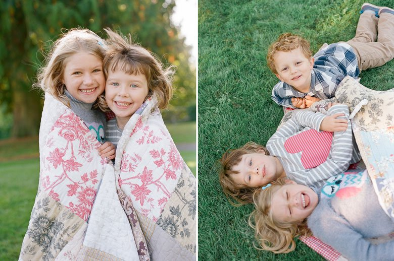 Seattle extended family photographer : cousins having fun with blanket