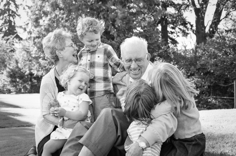 Seattle extended family photographer : grandparents laughing with grandkids