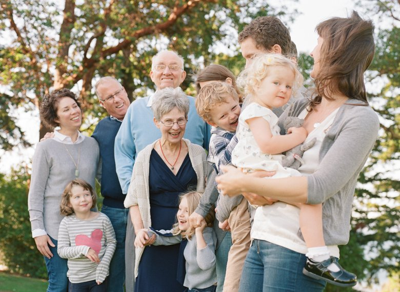 Seattle extended family photographer : group of several family members laughing together