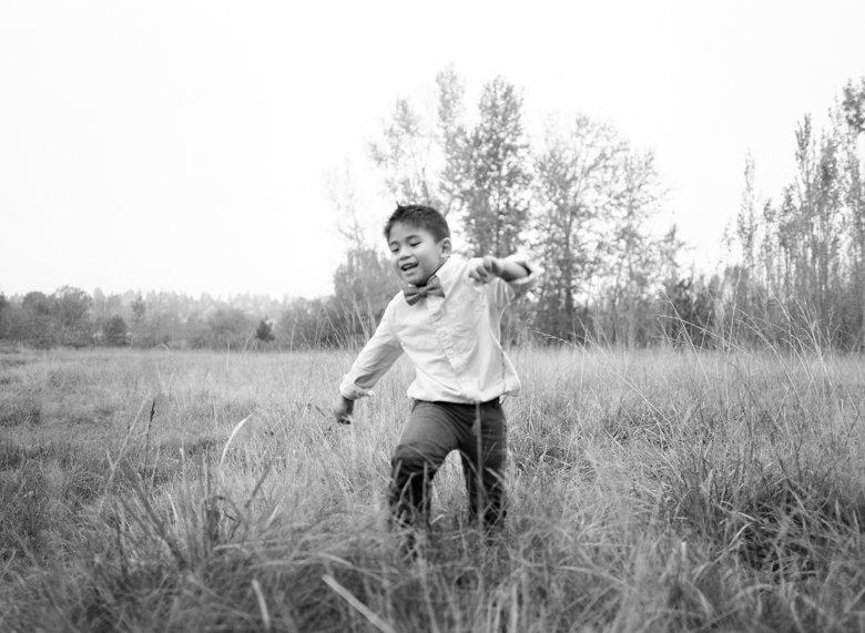 outdoor family photographs Seattle : boy running towards camera