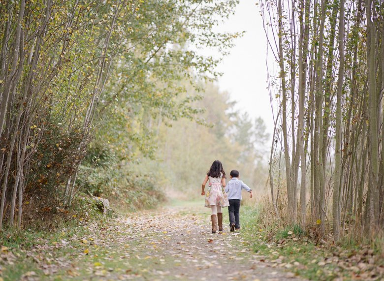 outdoor family photographs Seattle : kids holding hands walking down path