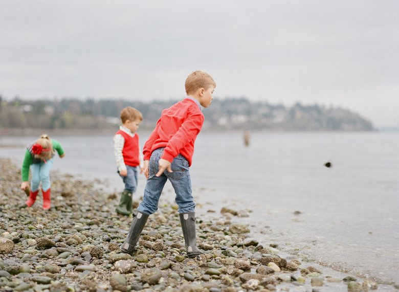 family photographer north seattle : three kids throwing rocks into water