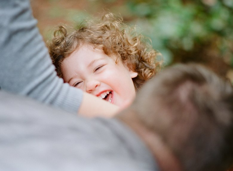 curly-haired-toddler-family-photos-008
