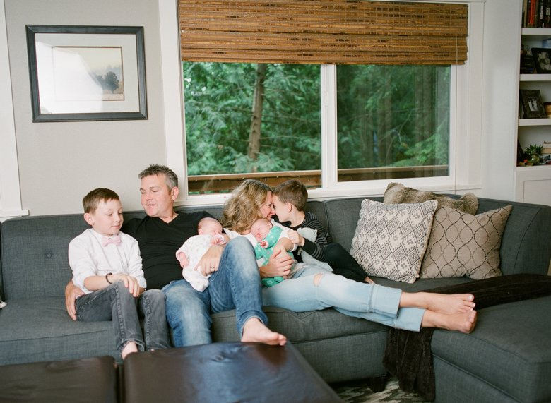 newborn-twin-in-home-family-session-seattle--007