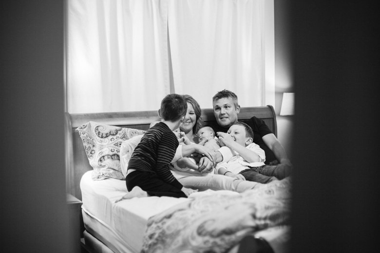 newborn-twin-in-home-family-session-seattle--025