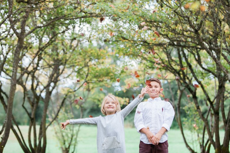 seattle family outdoor photo session : kids throwing fall leaves