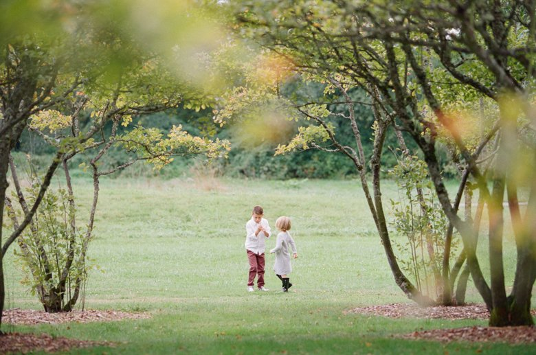 seattle family outdoor photo session : kids playing in field