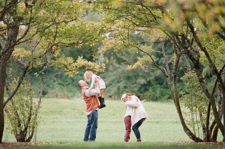 seattle family outdoor photo session : family hugging in field