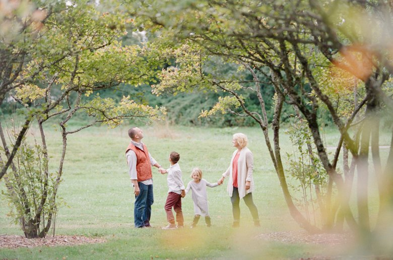 seattle family outdoor photo session : family holding hands