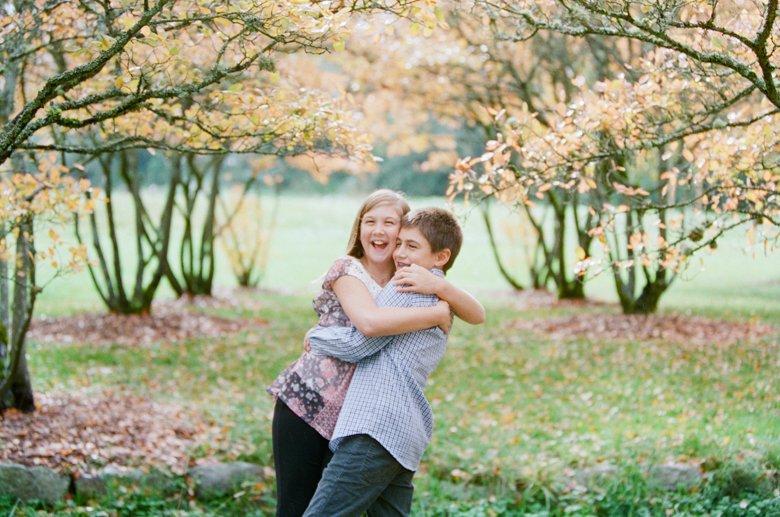 outdoor family session tween : siblings hugging
