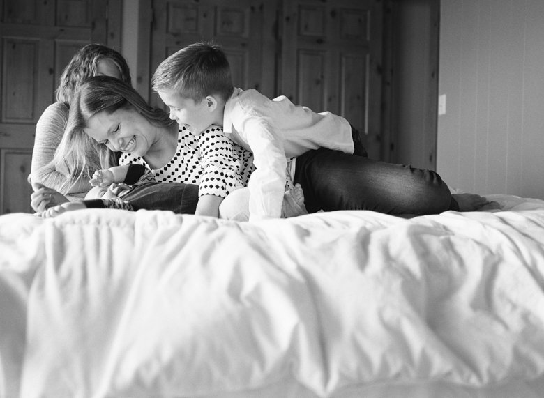 in home candid family photo session | kids and mom