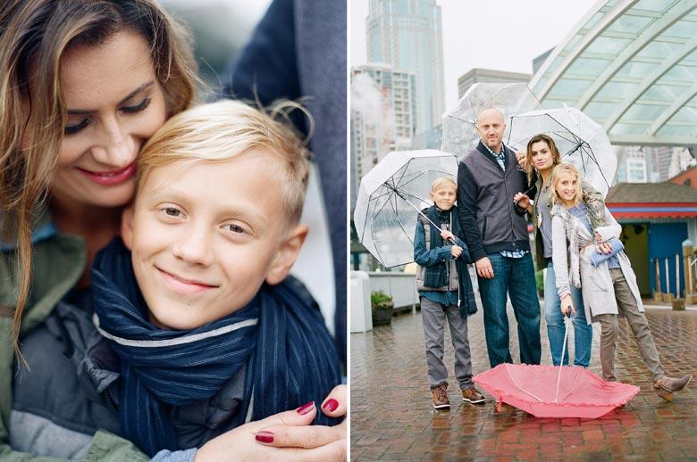 family photos downtown seattle : family with umbrellas