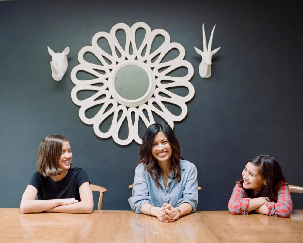 Seattle in home family photography : mom and two daughters hanging out at dining table