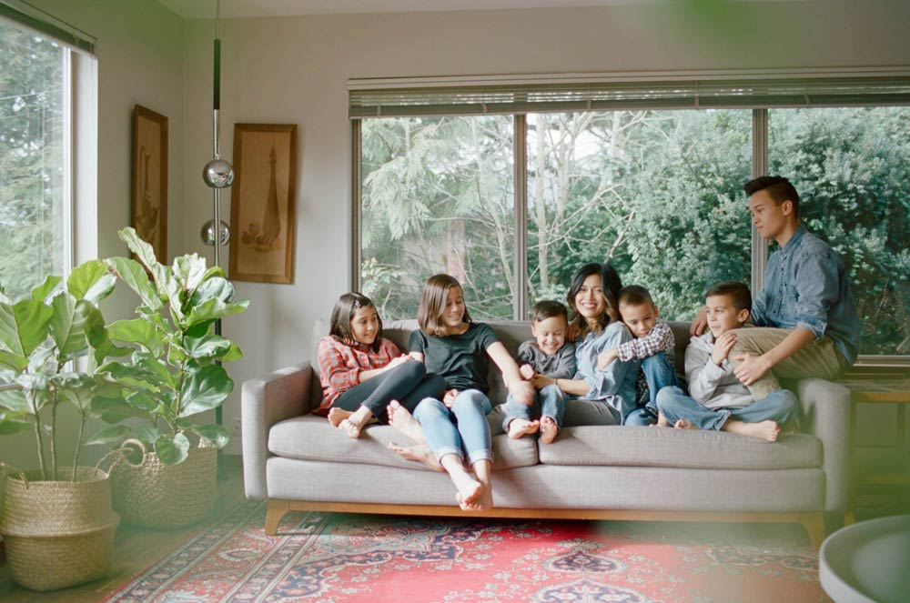 Seattle in home family photography : mom with six kids hanging out on living room couch together