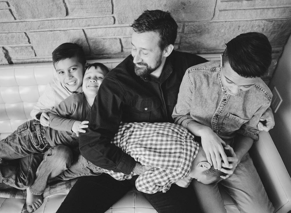 Seattle in home family photography : dad hanging out with four sons