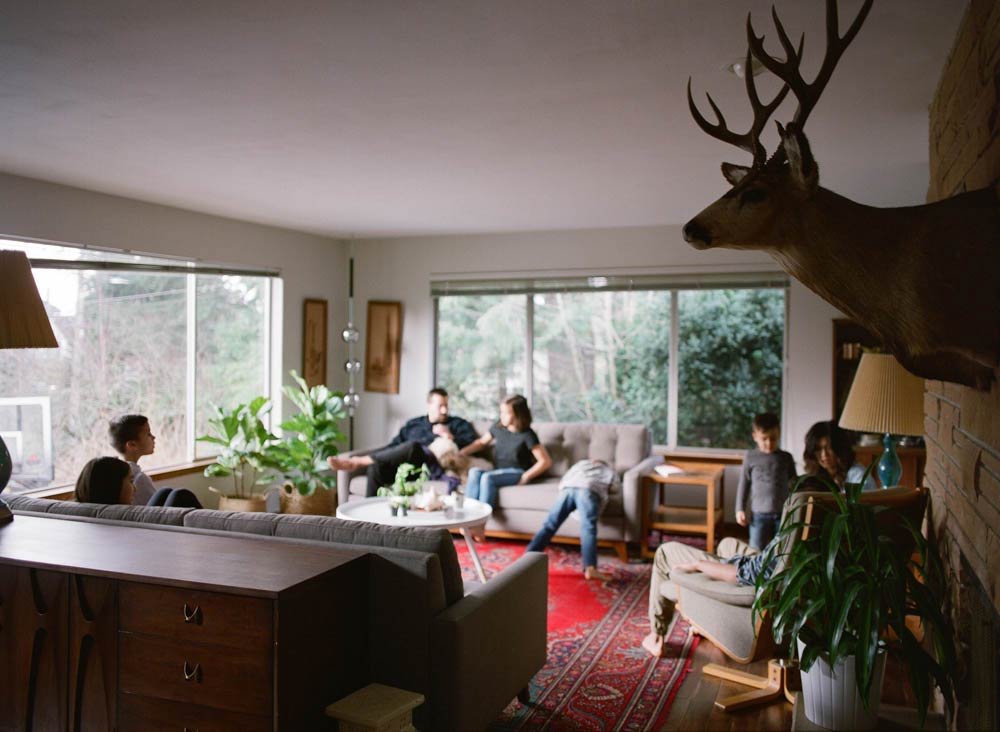Seattle in home family photography : family hanging out in living room