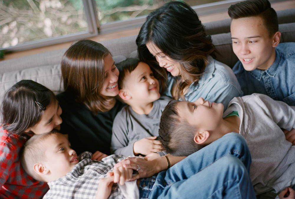 Seattle in home family photography : close-up of mom smiling down at six kids