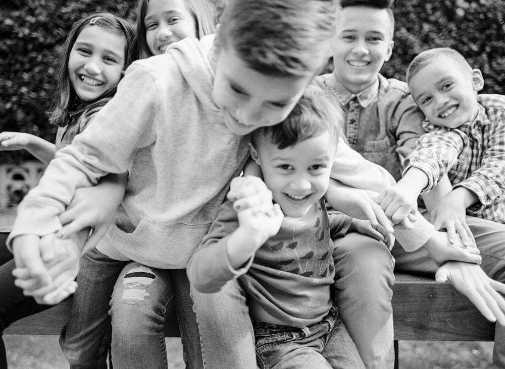Seattle in home family photography : black and white photo of six kids laughing together