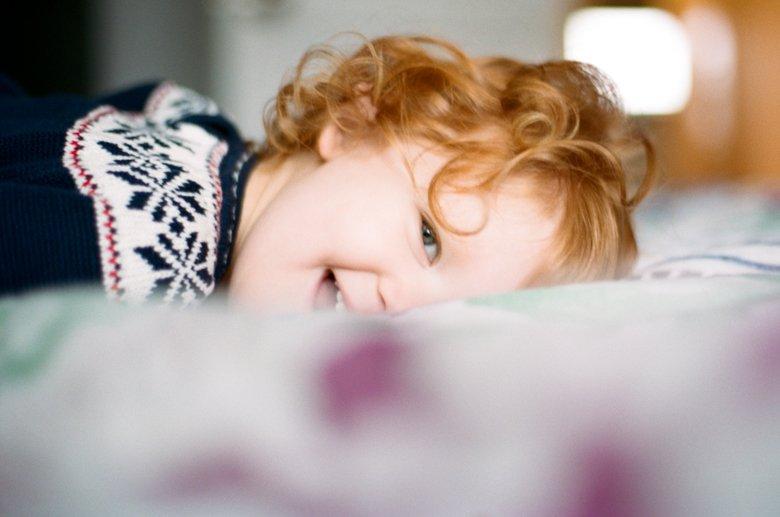 child photography Seattle : girl peeking at camera