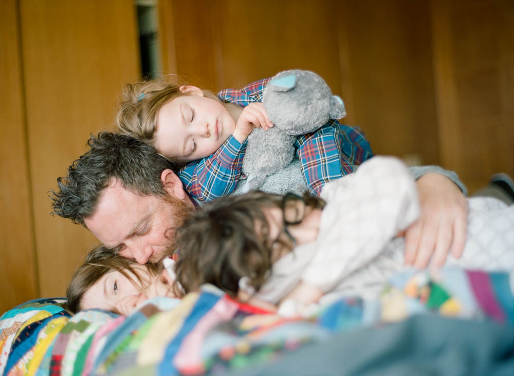 in home family photography seattle : dad cuddling kids
