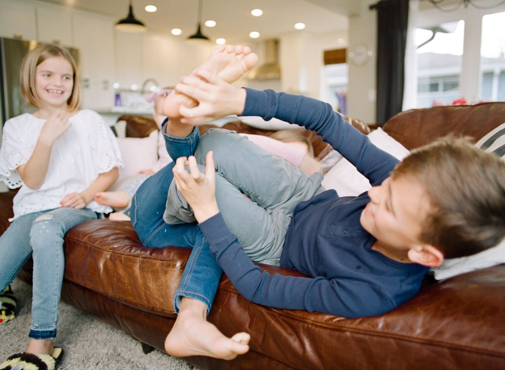 child photography seattle : siblings playing on couch