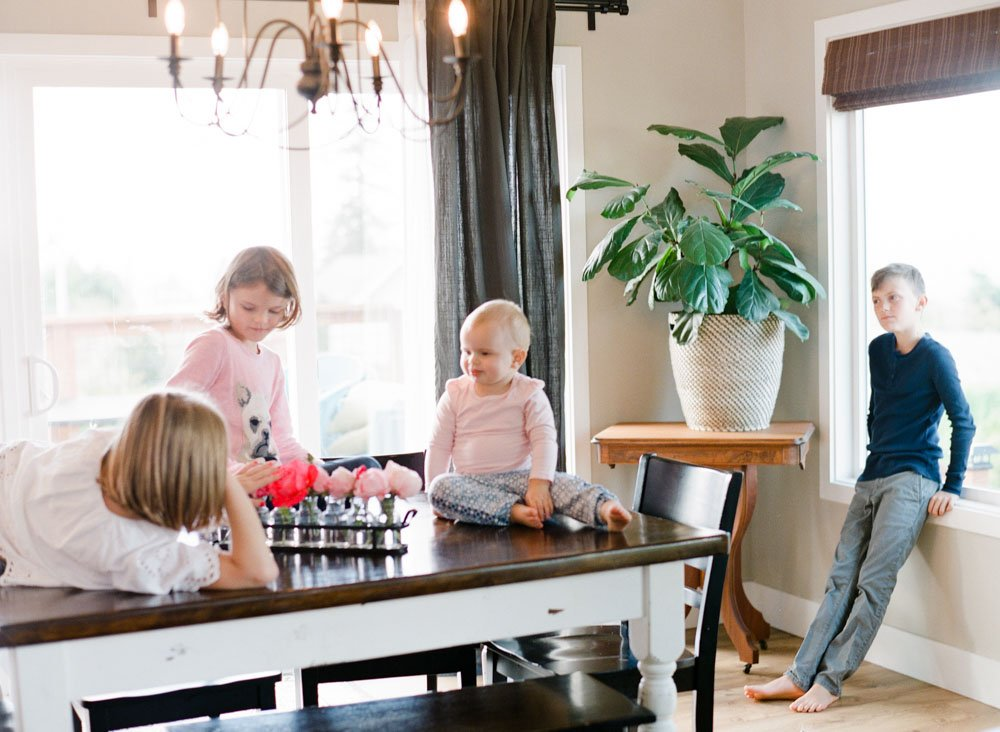 child photography seattle : kids hanging out in dining room