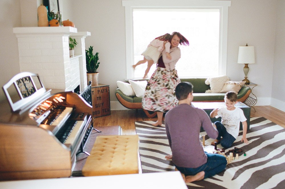 west seattle newborn and family photographer : family playing in living room