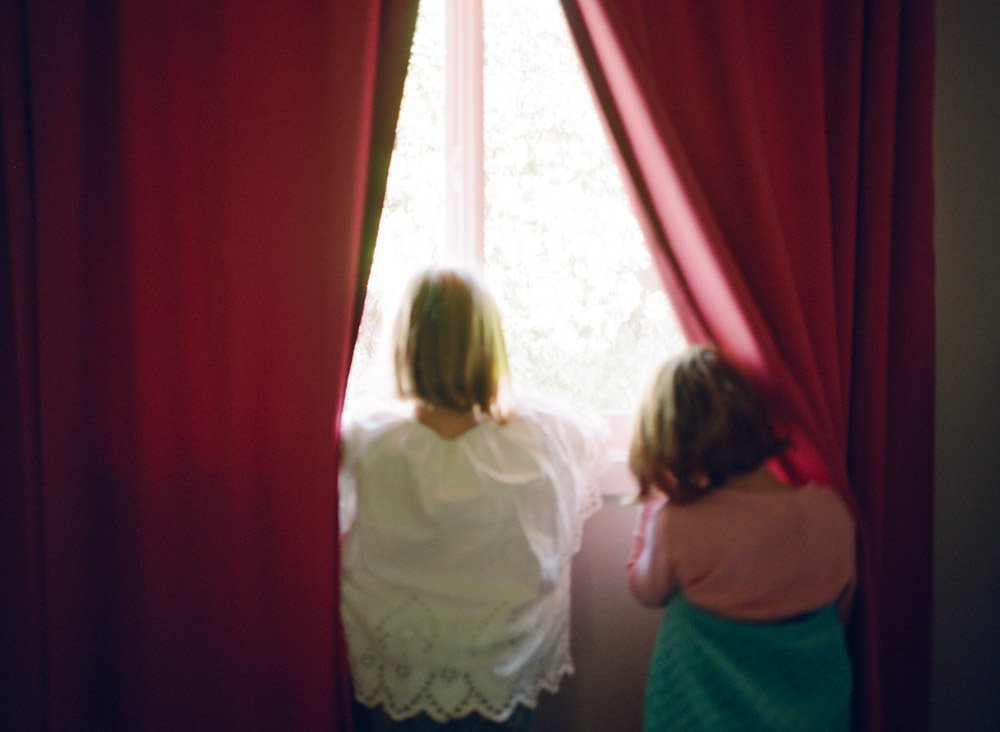 why your house doesn't have to be clean for family photos : girls looking out window